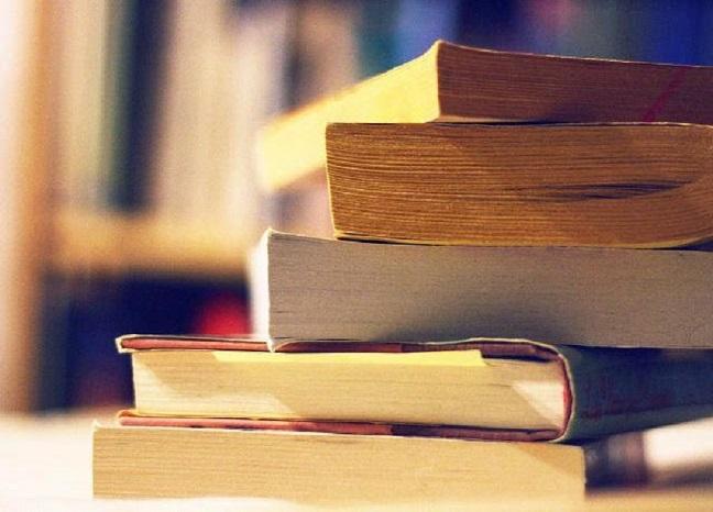 Companhia de Limpeza de Niterói monta biblioteca com livros doados para seus funcionários